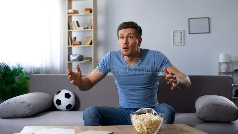 Opgewekte die voetbalventilator door verlies van favoriet voetbalteam wordt teleurgesteld, kampioenschap royalty-vrije stock afbeeldingen