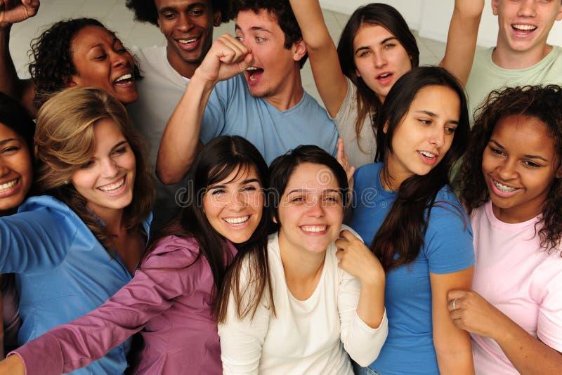 Opgewekte en gelukkige groep diverse mensen royalty-vrije stock afbeelding