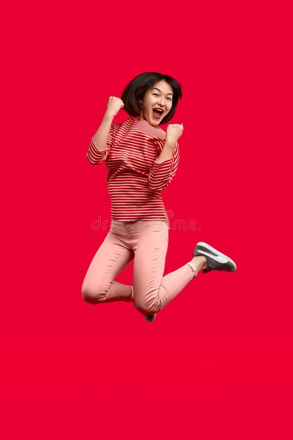 Opgewekte etnische vrouw die en het vieren overwinning springen royalty-vrije stock foto's