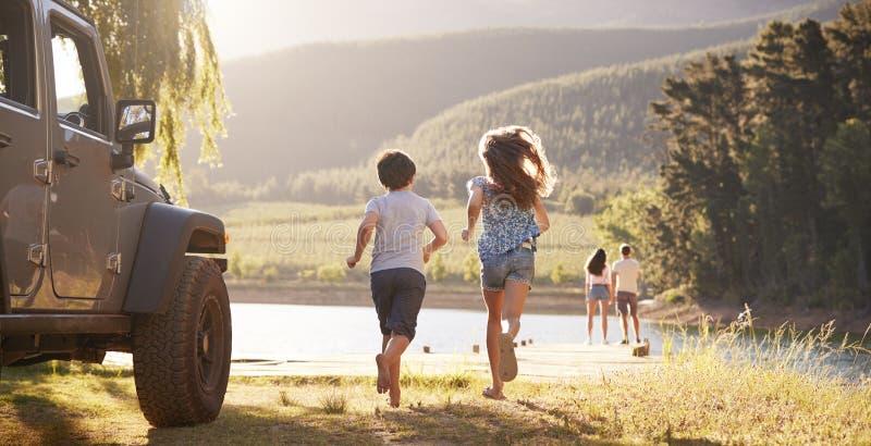 Opgewekte Familie die Plattelandsbestemming op Wegreis bereiken stock foto