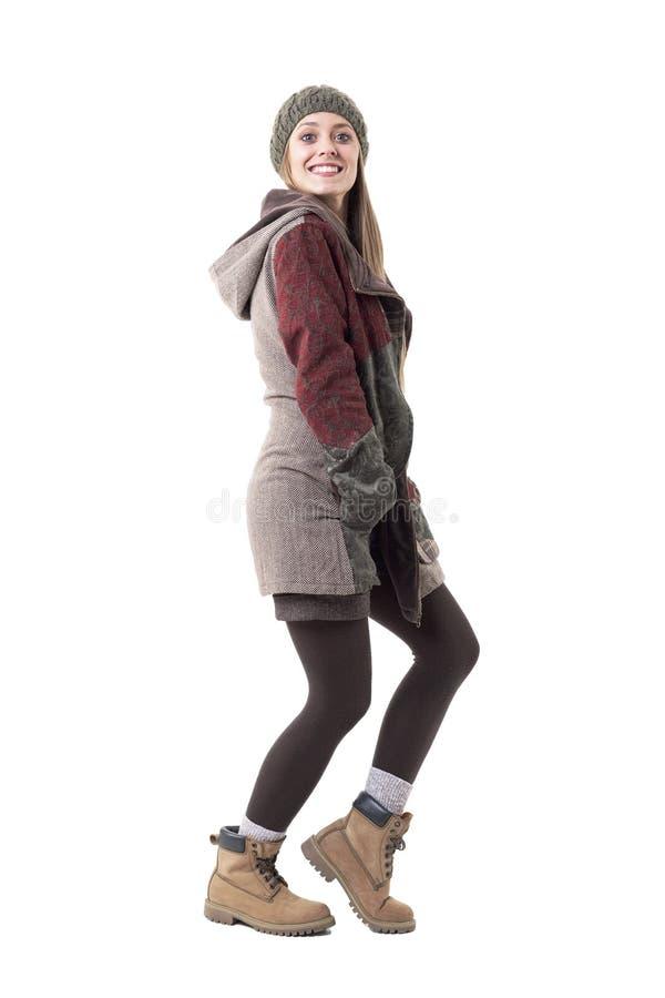 Opgewekte jonge enthousiaste modieuze vrouw die goed nieuws voorzien die bij camera glimlachen royalty-vrije stock afbeelding