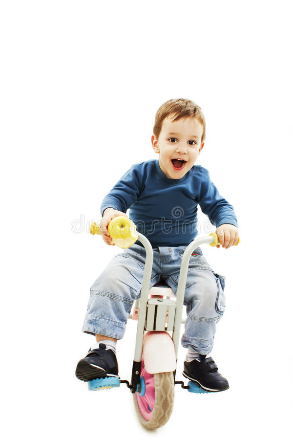 Opgewekte jonge jongen op fiets royalty-vrije stock foto