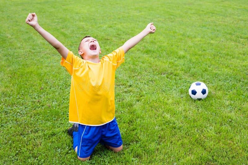 Opgewekte jongensvoetbalster stock foto's