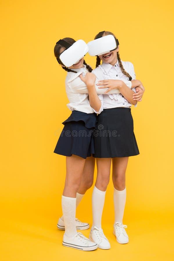 Opgewekte kinderen de schoolmeisjes dragen draadloze VR-glazen Het onderzoeken van vergrote werkelijkheid De jonge geitjes gebrui royalty-vrije stock afbeeldingen