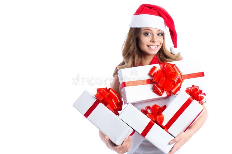 Opgewekte leuke gelukkige jonge Kaukasische tiener met giftendoos en Kerstmanhoed royalty-vrije stock afbeeldingen