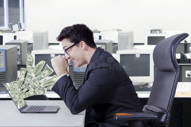 Opgewekte manager met geldcontant geld stock afbeelding