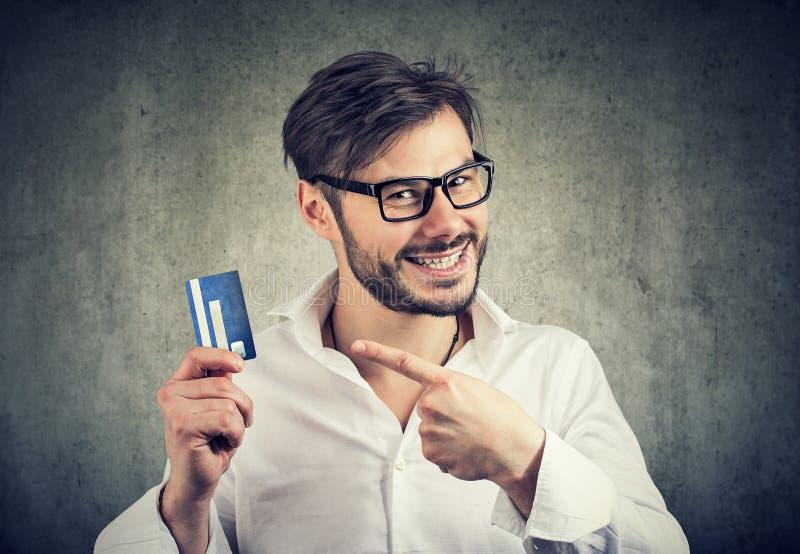 Opgewekte mens die met creditcard bank van borrow genieten royalty-vrije stock foto's