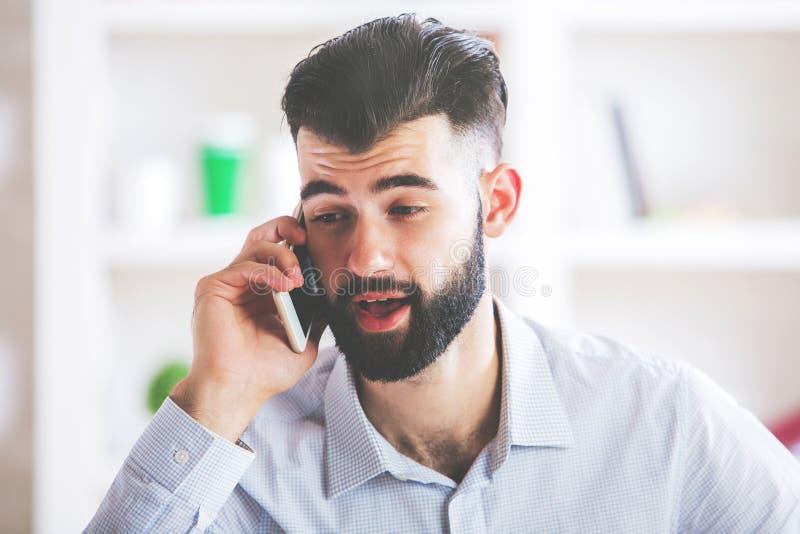 Opgewekte mens die op telefoon spreken royalty-vrije stock fotografie