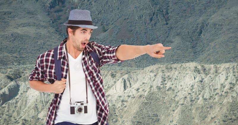Opgewekte reiziger die terwijl status op berg richten stock fotografie