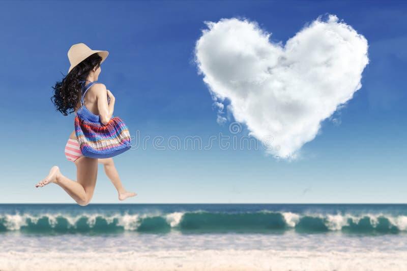Opgewekte toerist met een hart-vormige wolk royalty-vrije stock afbeelding