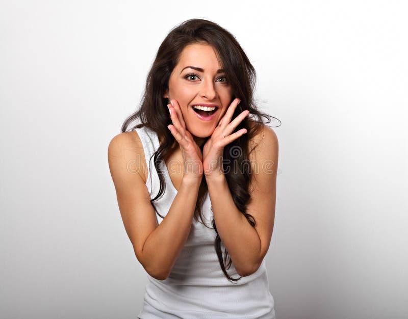 Opgewekte toevallige het verrassen vrouw in wit plotseling met grote ogen en royalty-vrije stock fotografie