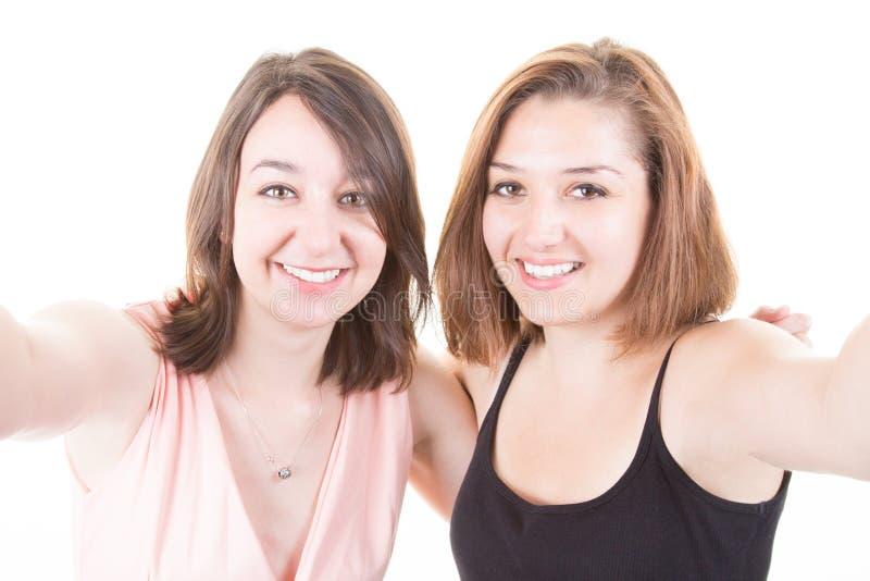 Opgewekte vrolijke glimlachende jonge mooie meisjeslesbienne die selfie nemen stock afbeelding