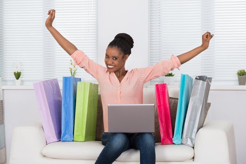 Opgewekte Vrouw terwijl online het Winkelen royalty-vrije stock foto