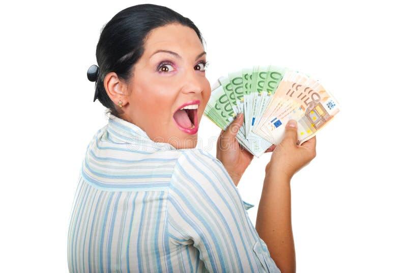 Opgewekte winnaarvrouw met geld stock foto