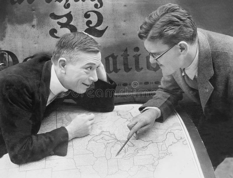 Opgewekte zakenlieden die kaart samenkomen (Alle afgeschilderde personen leven niet langer en geen landgoed bestaat Leveranciersg stock afbeelding