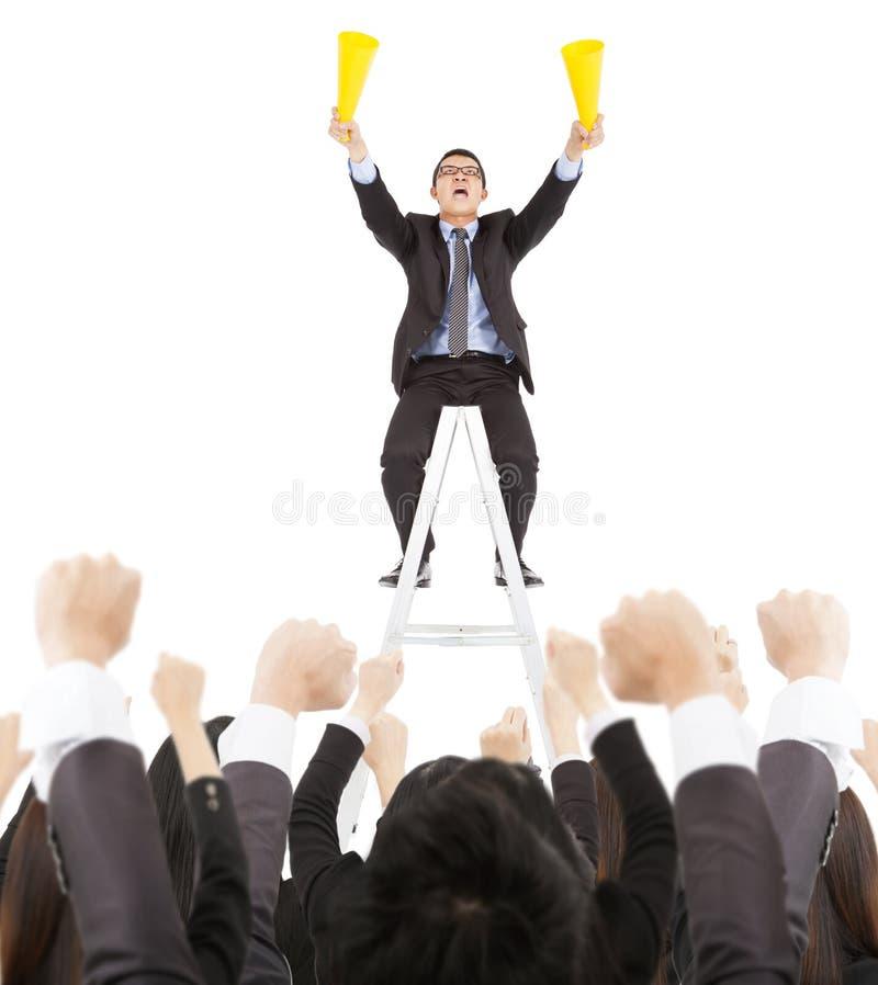 Opgewekte zakenman die met succes commercieel team gillen stock fotografie