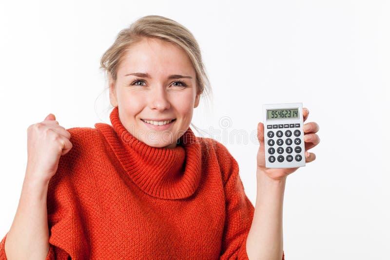 Opgewonden jonge blonde vrouw met symbool van economische onafhankelijkheid stock fotografie