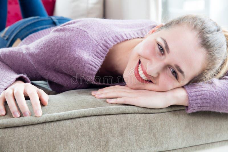 Opgewonden mooi Kaukasisch meisje die haar hoofd voor huisgeluk leunen stock foto