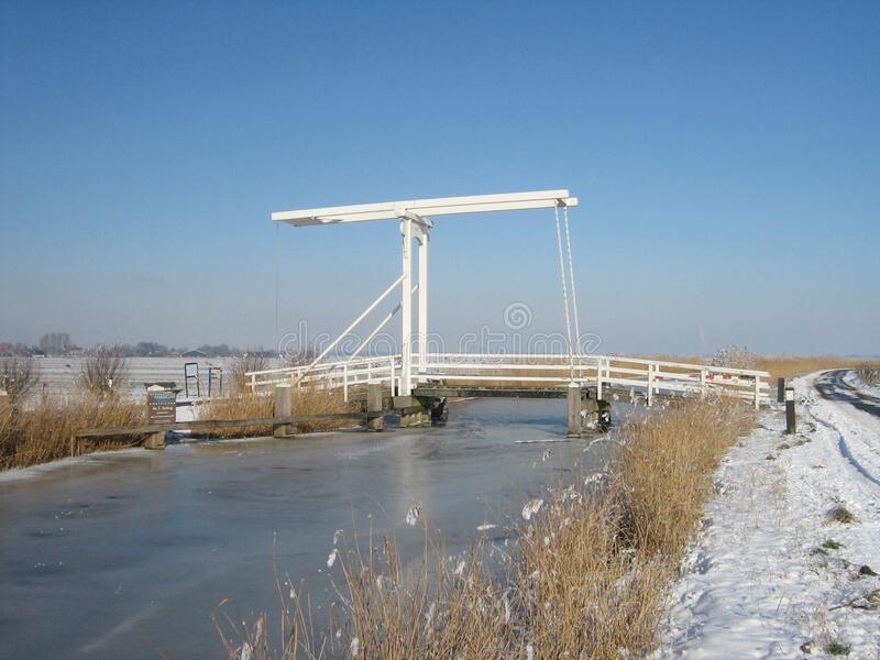Ophaalbrug in de winter stock afbeeldingen