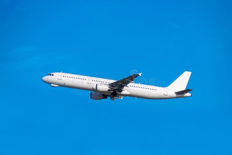 Opheffing van het passagiersvliegtuig royalty-vrije stock afbeelding