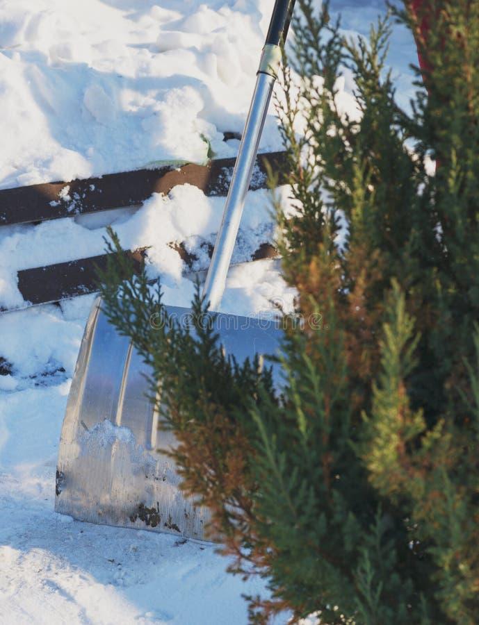 Ophelderingstuin en weg na een grote sneeuwstorm stock afbeelding