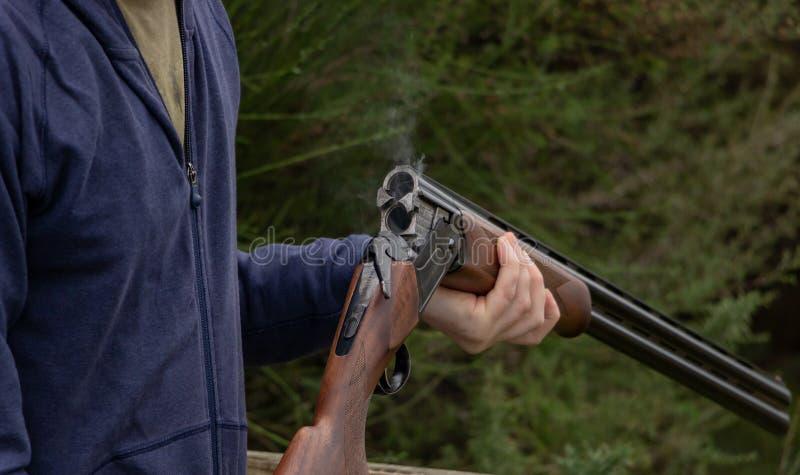 Ophelderingsvaten van Jachtgeweer na Vuren royalty-vrije stock afbeelding