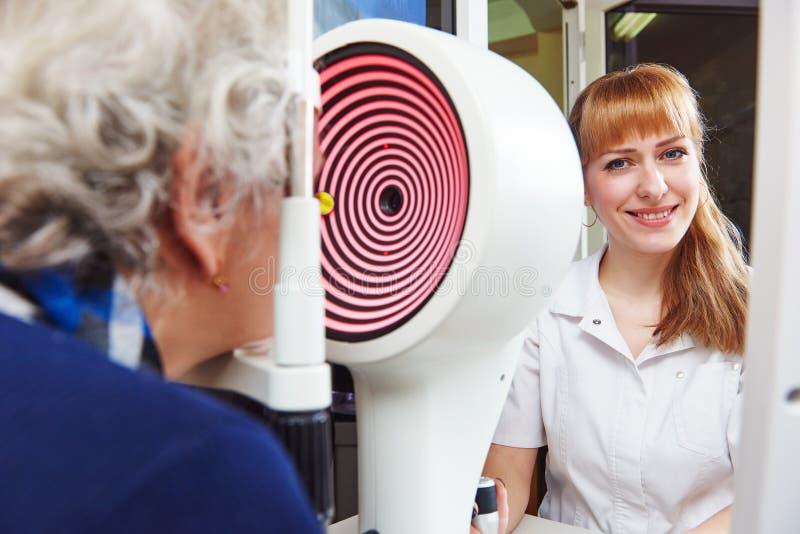 ophthalmology paciente superior da mulher sob testes da vista na clínica fotos de stock