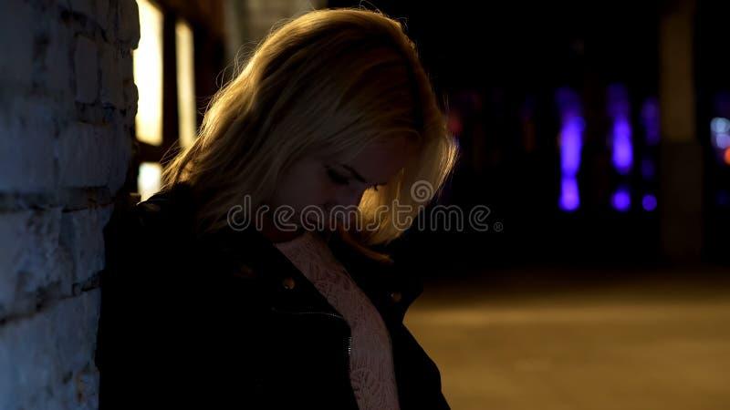 Opiła kobieta opiera na ścianie i uczuciu oszołomionych, kac, niezdrowy styl życia zdjęcia stock
