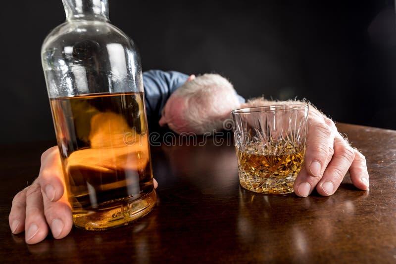 Opiły mężczyzna gwałtownie spadać na stole obraz royalty free