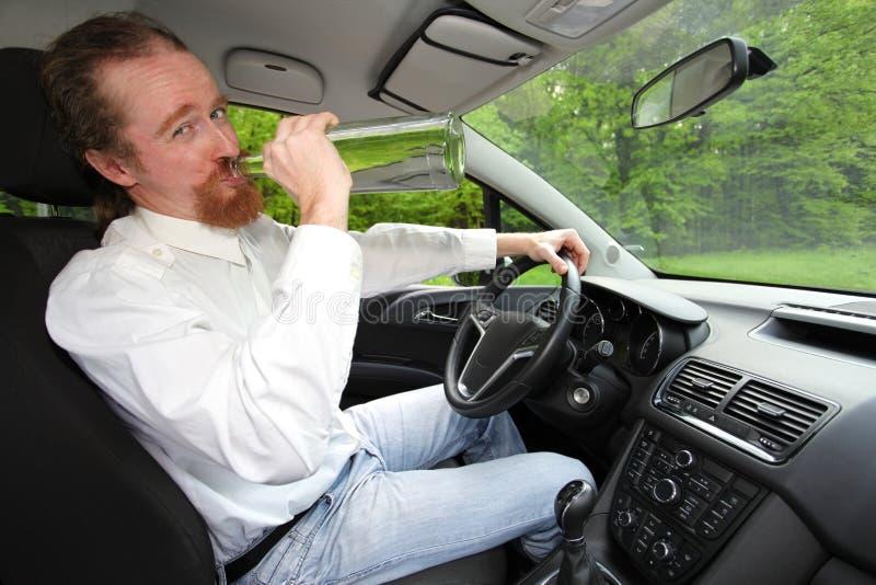 Opiły mężczyzna w samochodzie zdjęcia stock