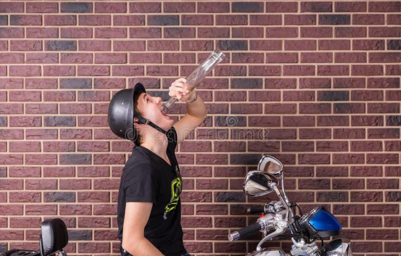 Opiły młody człowiek na jego motocyklu zdjęcia royalty free