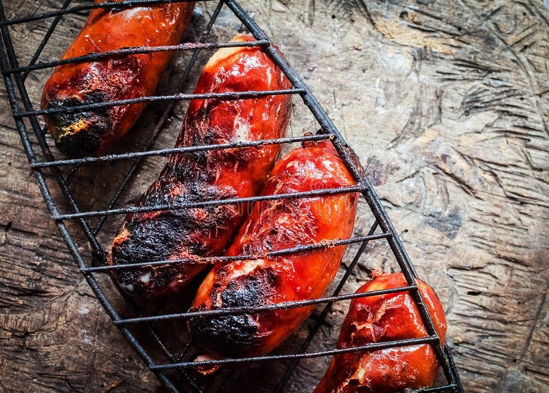 Opieczenie kiełbasy na grilla grillu zdjęcie stock