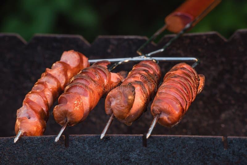 Opieczenie kiełbasy na grilla grillu obrazy stock
