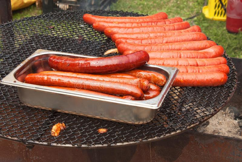 Opieczenie kiełbasy na grilla grillu obrazy royalty free