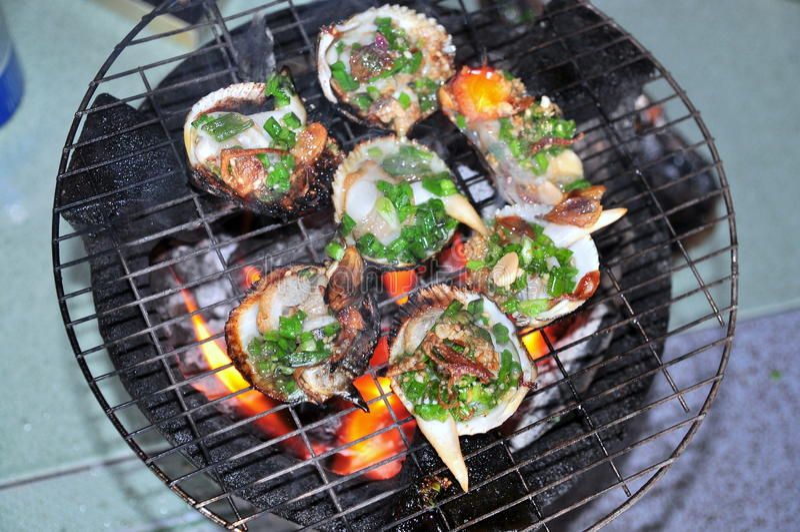 Opieczenie owoce morza na gorącym ogieniu i shellfish zdjęcia royalty free
