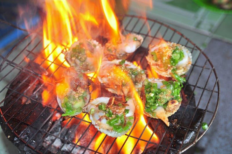 Opieczenie owoce morza na gorącym ogieniu i shellfish zdjęcie royalty free
