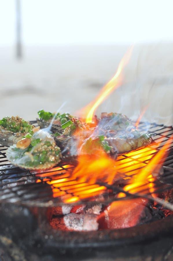 Opieczenie owoce morza na gorącym ogieniu i shellfish obrazy royalty free