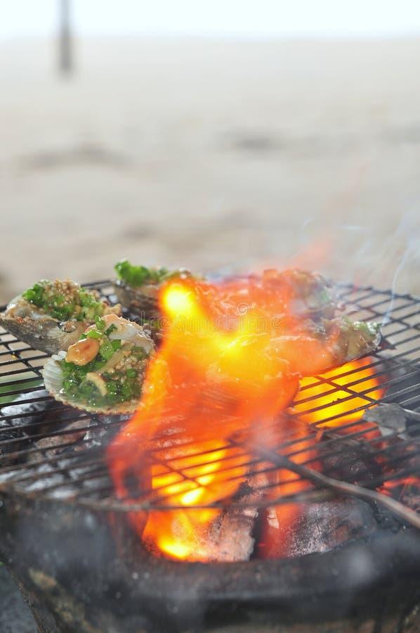 Opieczenie owoce morza na gorącym ogieniu i shellfish fotografia royalty free