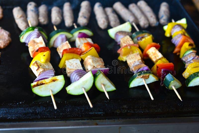 Opieczenie weganin, warzywa, vegeterian skewers lub kebabs i, zdjęcie stock