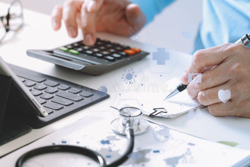 Opiek zdrowotnych opłat i kosztów pojęcie Ręka mądrze lekarka używał ca obraz royalty free
