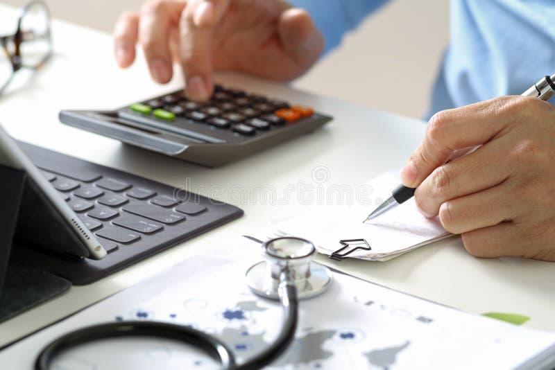 Opiek zdrowotnych opłat i kosztów pojęcie Ręka mądrze lekarka używał ca zdjęcia royalty free