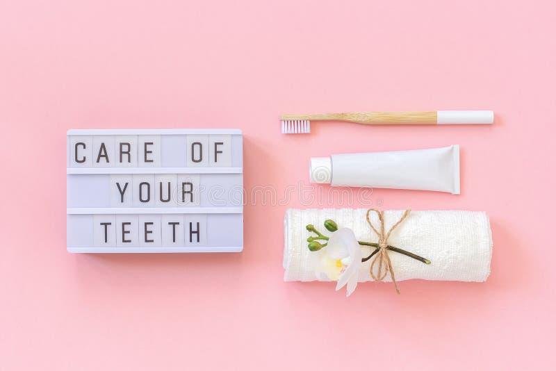 Opieka twój zębu tekst na lekkim pudełku i naturalny życzliwy bambus szczotkujemy dla zębów, ręcznik, pasty do zębów tubka Set dl zdjęcia royalty free