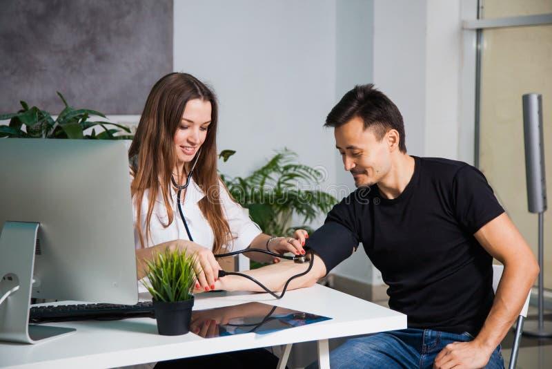 Opieka zdrowotna i lekarza pojęcie, doktorski pomiarowy arterialny ciśnienie krwi zdjęcie royalty free