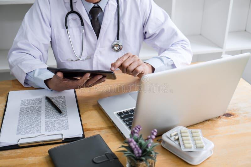 Opieka zdrowotna i Medyczny pojęcie, lekarka sprawdza cierpliwej historii formę dla diagnozy podczas gdy myśl o znajdować lekarst zdjęcie royalty free