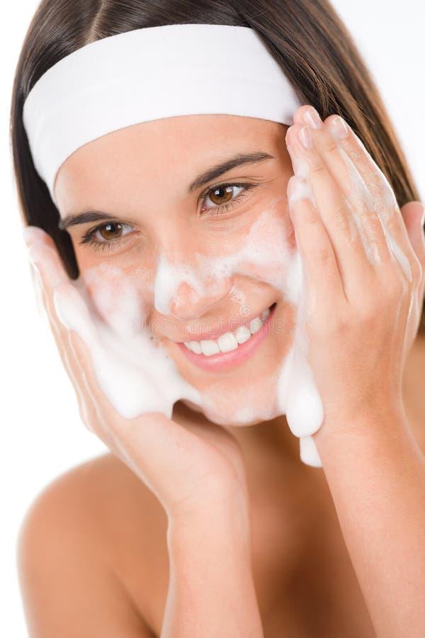 opieki twarzy problemowa skóry nastolatka obmycia kobieta zdjęcie royalty free