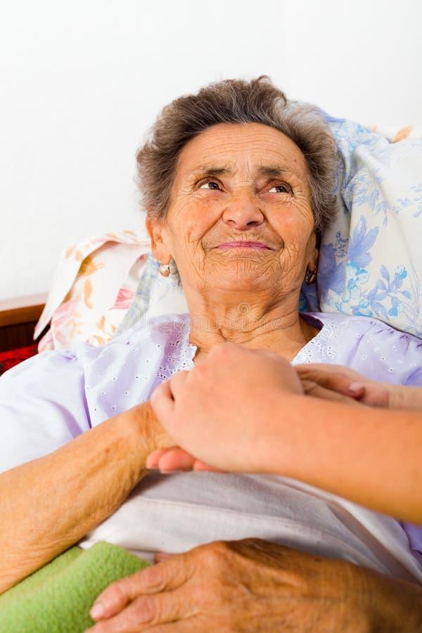 Opieki zaufanie dla starszych osob i miłość zdjęcie royalty free