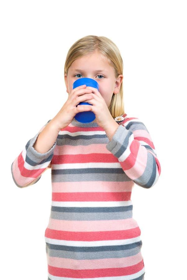 Opieki zdrowotnej i medycyny pojęcie - chora mała dziewczynka z grypową trzyma filiżanką gorąca herbata lub mleko obraz stock