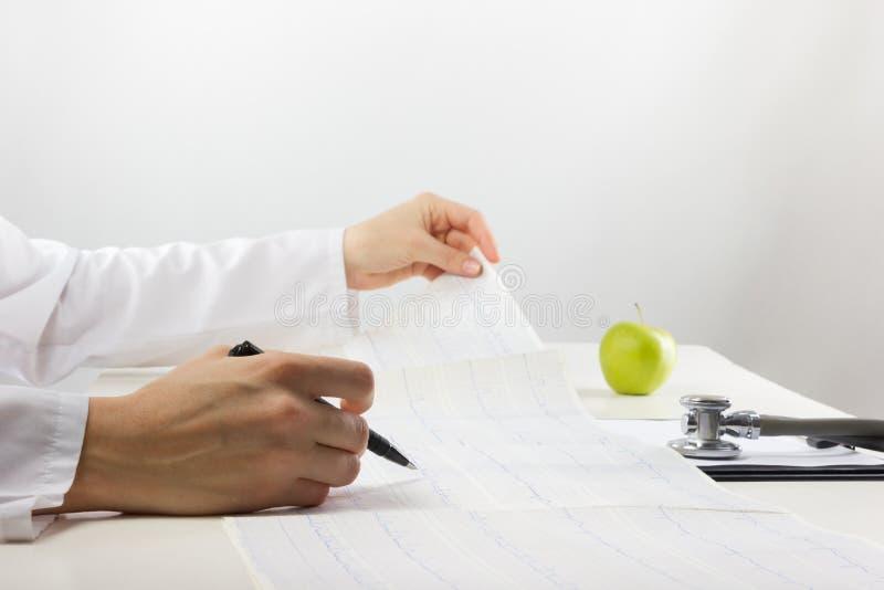 Opieki zdrowotnej i medycyny pojęcie - lekarka z medycznym stethoscop obraz stock