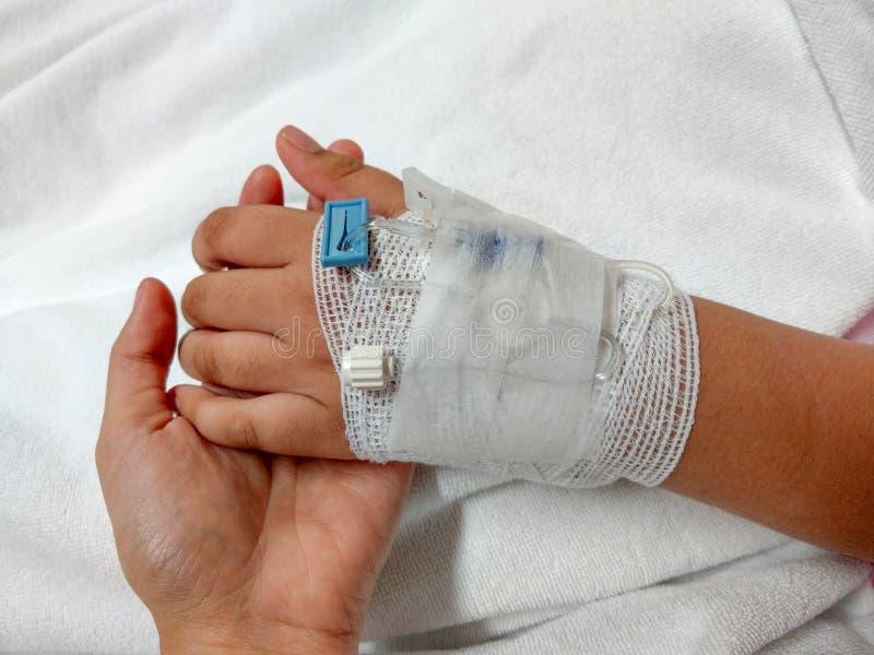 Opieki zdrowotnej tła ręka młodej kobiety dziecka ręki wzruszający wi obraz royalty free
