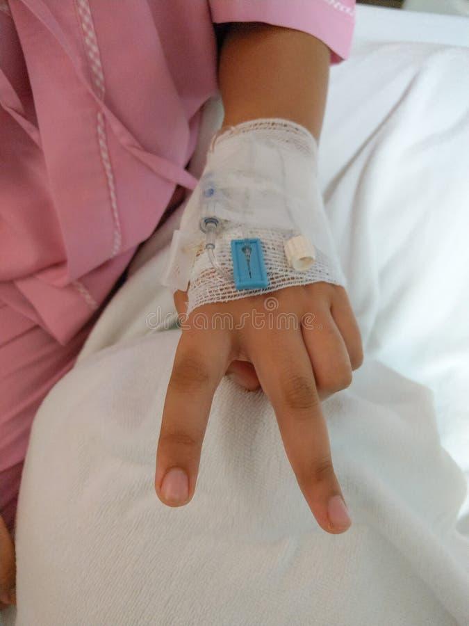 Opieki zdrowotnej tła zbliżenia ręka dziecko pacjent odpoczywać zdjęcia stock